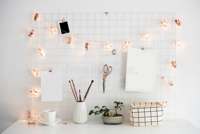 Interior branco da sala do escritório domiciliário, local de trabalho dos bloggers fotografia de stock