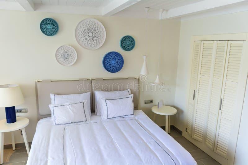 Interior branco moderno do quarto do hotel fotografia de stock