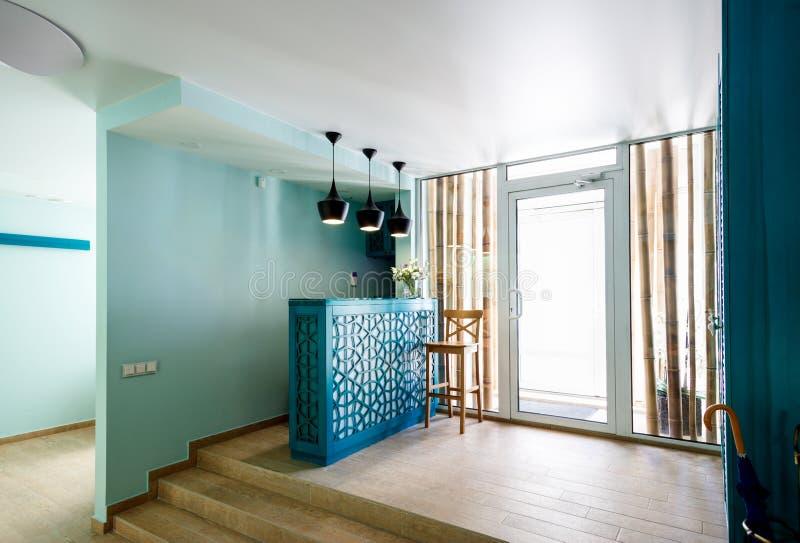 Interior brilhante da recepção do salão de beleza dos termas foto de stock
