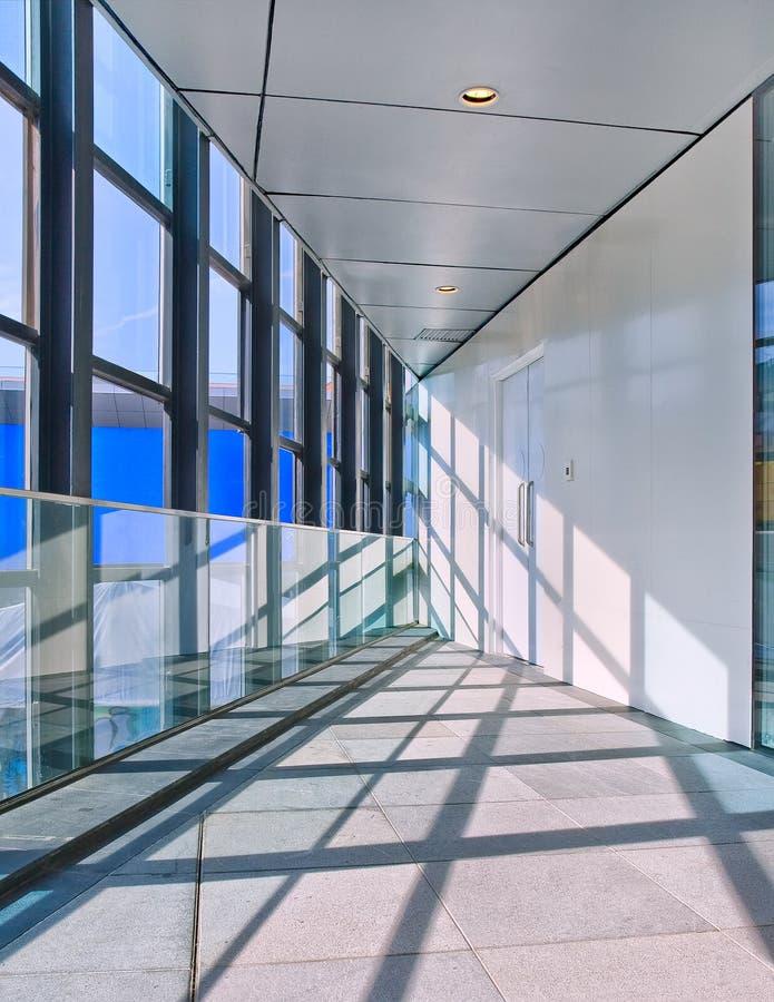 Interior brilhante de um prédio de escritórios moderno com grandes janelas, imagem de stock royalty free