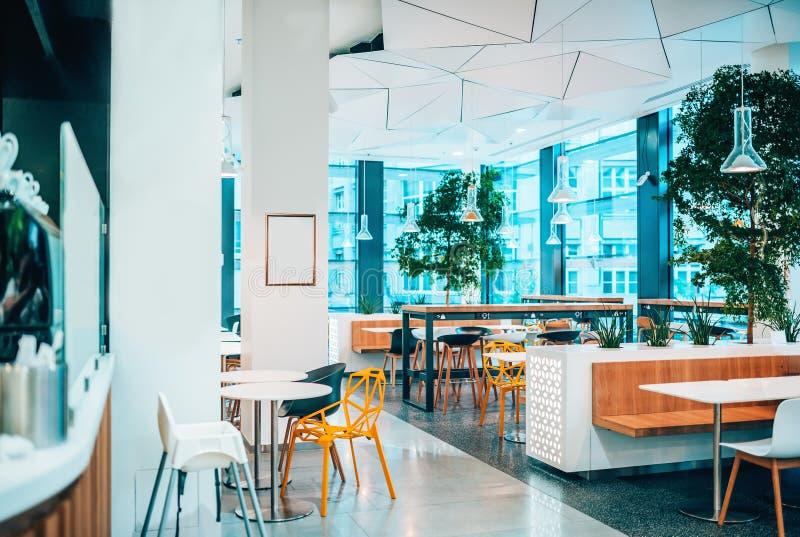 Interior brilhante e moderno do restaurante do café com espaço da cópia imagem de stock