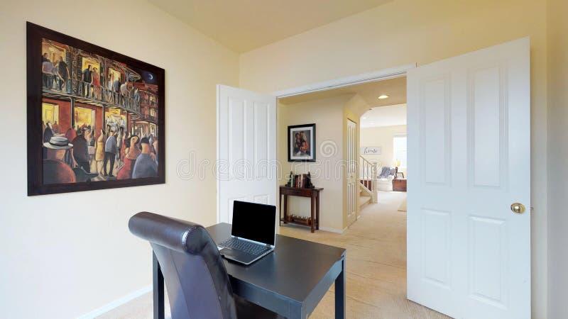 Interior brilhante e pairoso do escritório domiciliário no estilo minimalistic fotografia de stock royalty free