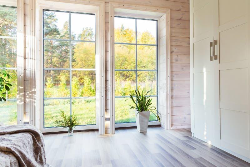 Interior brillante, sitio en casa de madera con la ventana grande Estilo escandinavo imágenes de archivo libres de regalías