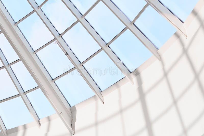 Interior builduing moderno Techo de cristal o estructura de acero en alameda de compras Cielo azul en fondo Tejado de cristal, fr imagen de archivo