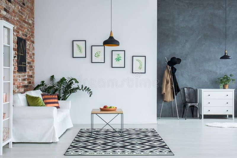 Interior casero brillante con el sofá imágenes de archivo libres de regalías