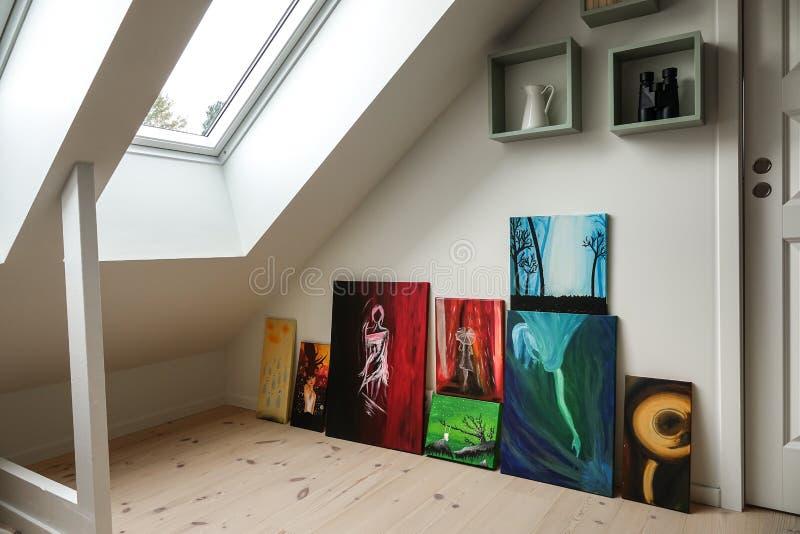Interior casero Colección de arte en el apartamento moderno del ático/del desván fotos de archivo