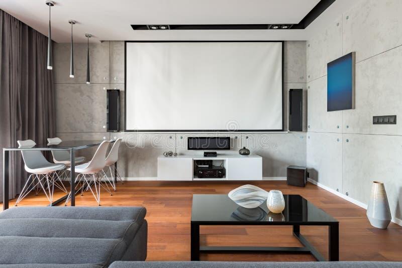 Interior casero con pedregal del proyector imágenes de archivo libres de regalías