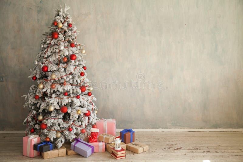 Interior casero de la Navidad con el árbol de navidad blanco imagen de archivo