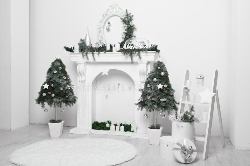 Interior casero de la Navidad en blanco y verde fotografía de archivo libre de regalías