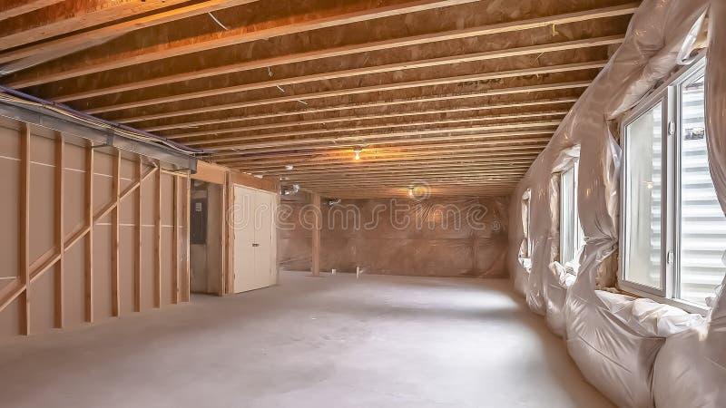 Interior casero del marco del panorama nuevo bajo construcción con enmarcar de madera visible fotografía de archivo