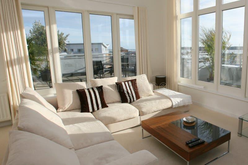 Interior casero moderno de la sala de estar imagen de archivo libre de regalías