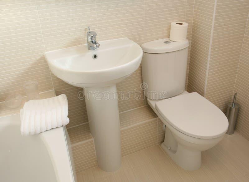 Interior casero moderno del cuarto de baño fotografía de archivo