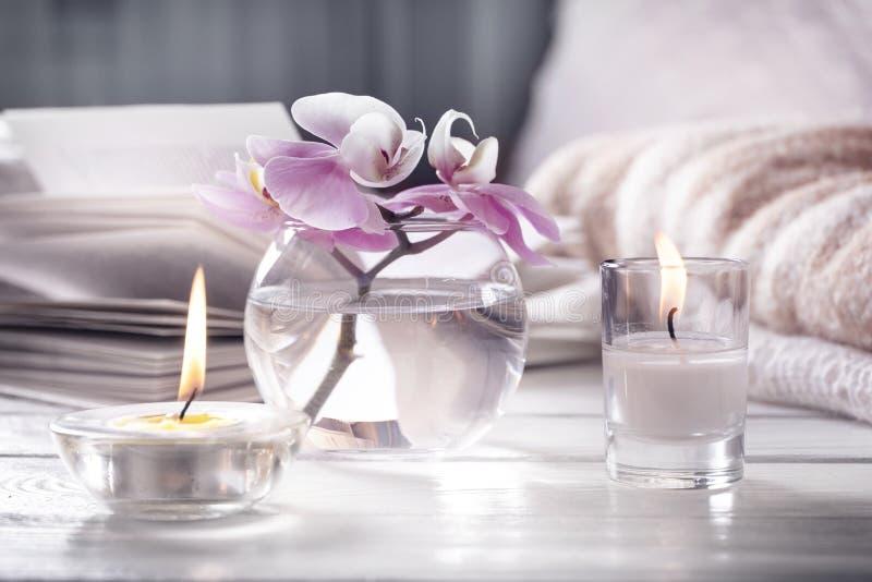 Interior casero Todavía vida con los detailes La flor es florero, velas, libro abierto en la tabla de madera blanca, el concepto  imágenes de archivo libres de regalías