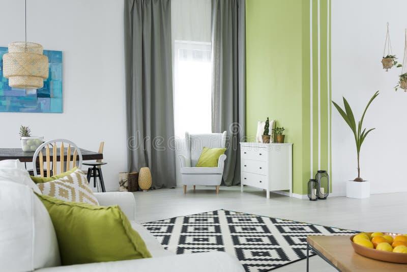 Interior casero verde y blanco imagen de archivo