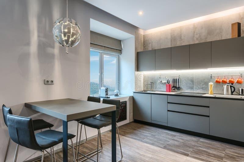 Interior cinzento moderno da cozinha imagens de stock