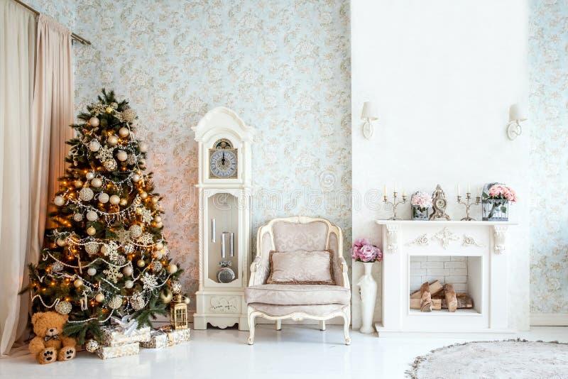 Interior clásico de la Navidad blanca imágenes de archivo libres de regalías