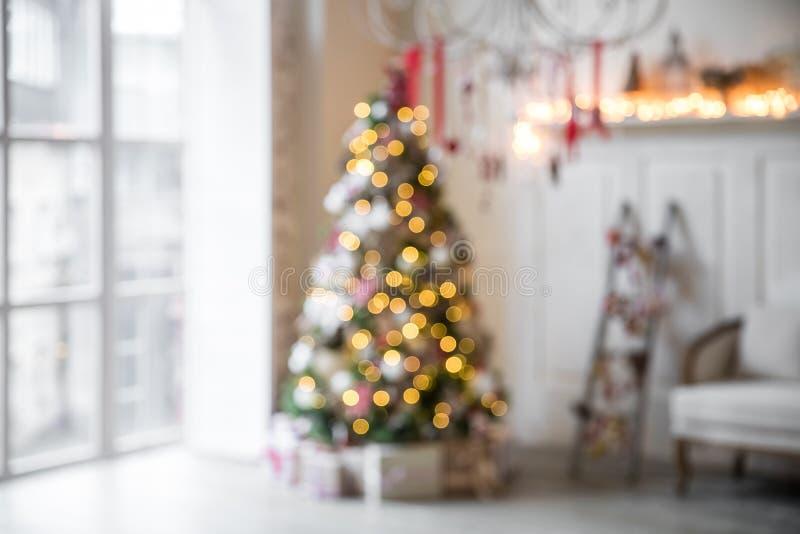 Interior clásico de la Navidad blanca defocused foto de archivo libre de regalías