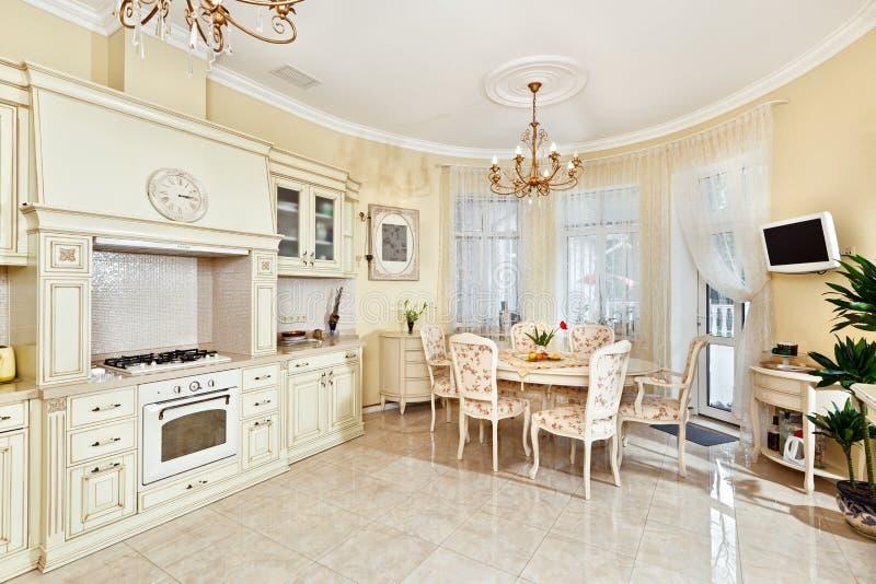 Interior clássico da cozinha e da sala de jantar do estilo foto de stock