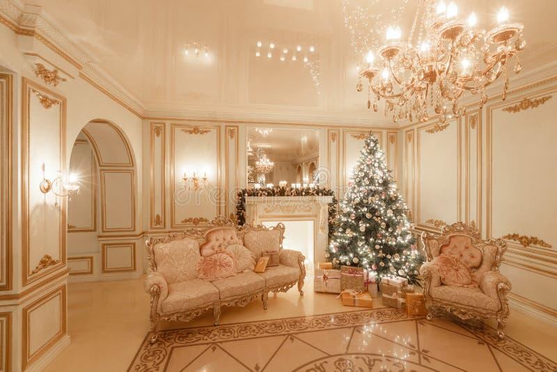 Interior clássico de uma sala branca Noite do Natal pela luz de vela Apartamentos clássicos com uma chaminé branca foto de stock