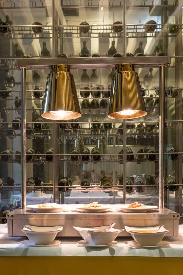Interior colgante de dos luces iluminado para golpear la línea con el vino imagen de archivo