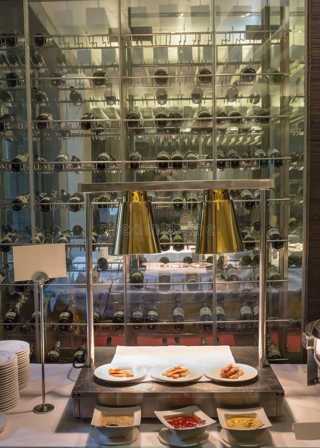 Interior colgante de dos luces iluminado para golpear la línea con el vino imagen de archivo libre de regalías