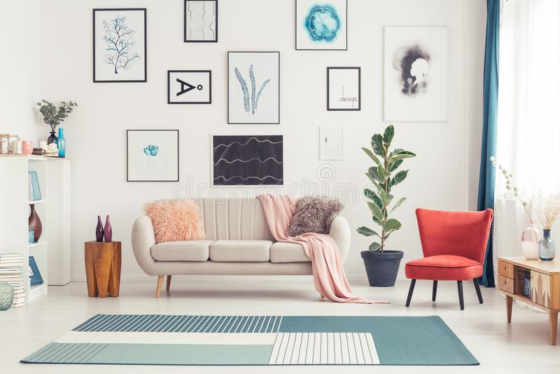 Interior colorido da sala de visitas fotografia de stock