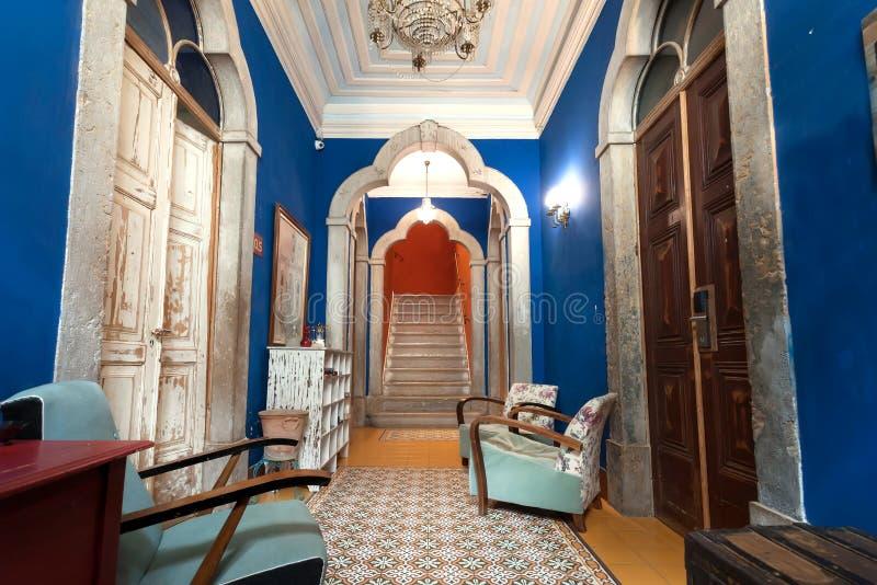 Interior colorido do hotel do estilo antigo com mobília, telhas e arcos do vintage foto de stock