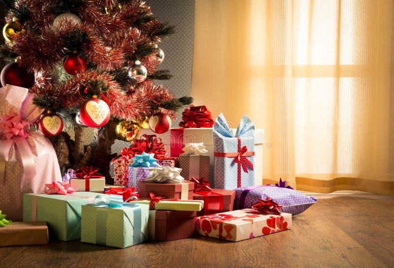 Interior colorido do Natal com presentes imagens de stock