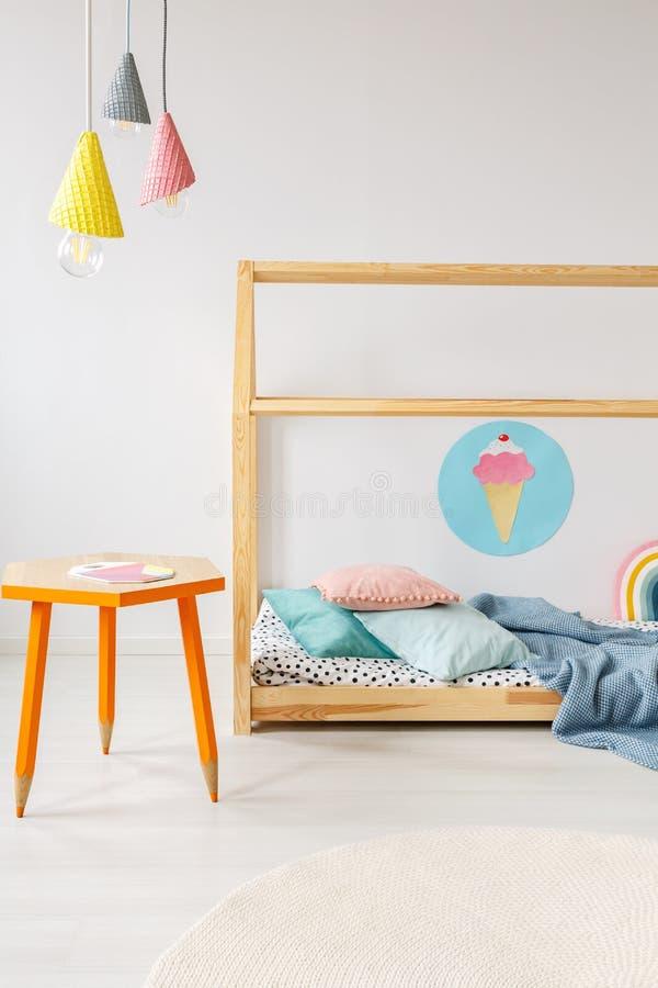 Interior colorido moderno do quarto do ` s da criança imagens de stock royalty free