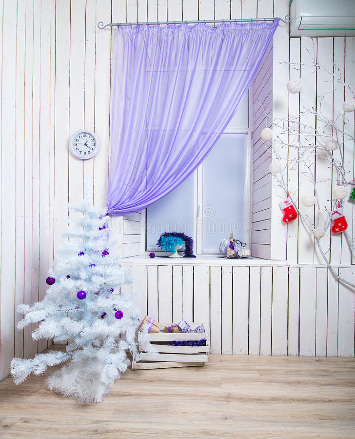 Interior com árvore do White Christmas fotos de stock