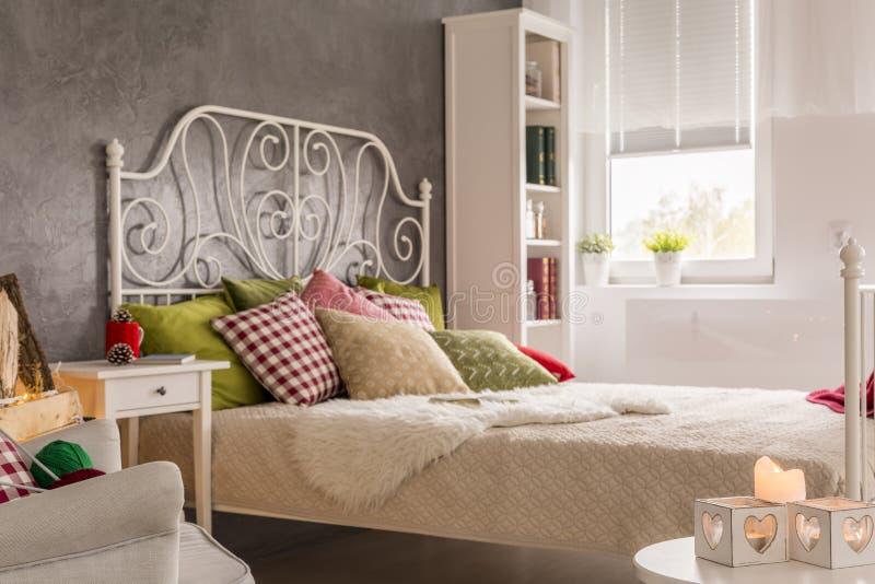 Interior com cama marital fotos de stock royalty free