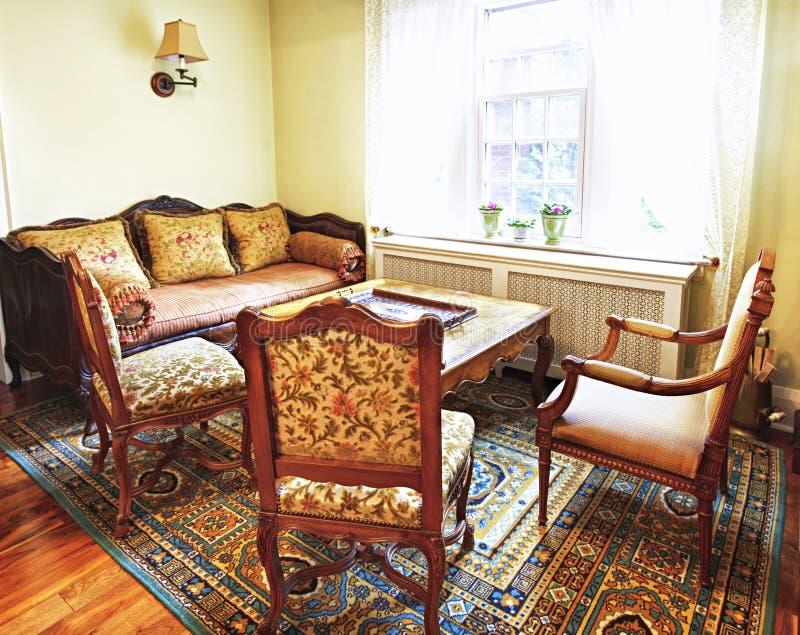 Interior com mobília antiga imagem de stock