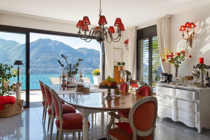 Interior, comedor con la decoración clásica foto de archivo libre de regalías