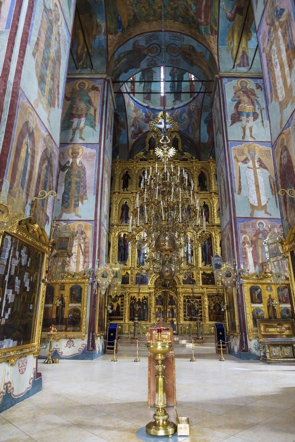Interior con el iconostasio en la catedral de la suposición de la trinidad-Sergius Lavra, Sergiev Posad foto de archivo libre de regalías