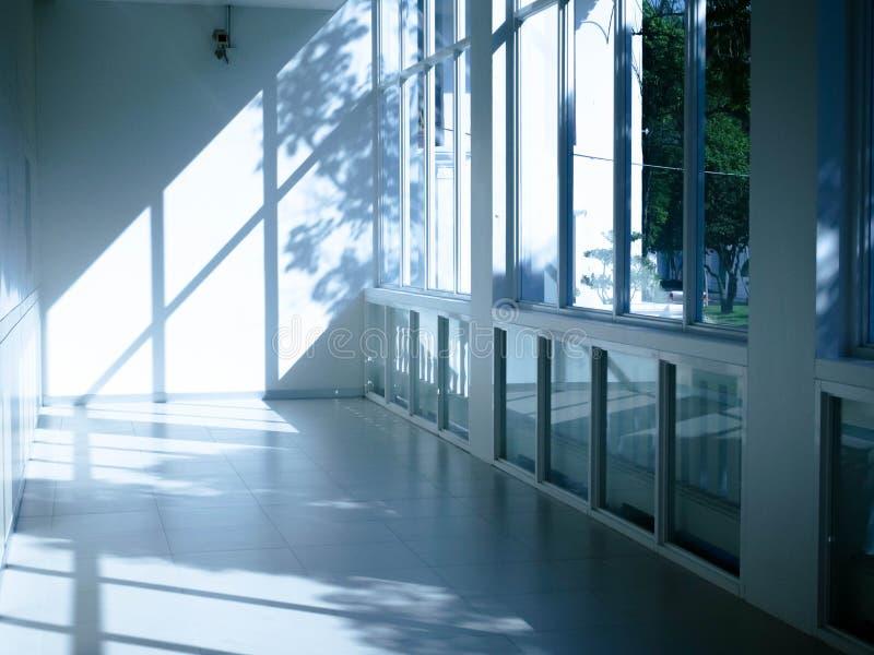 Interior con la luz brillante que viene a través de ventanas fotografía de archivo