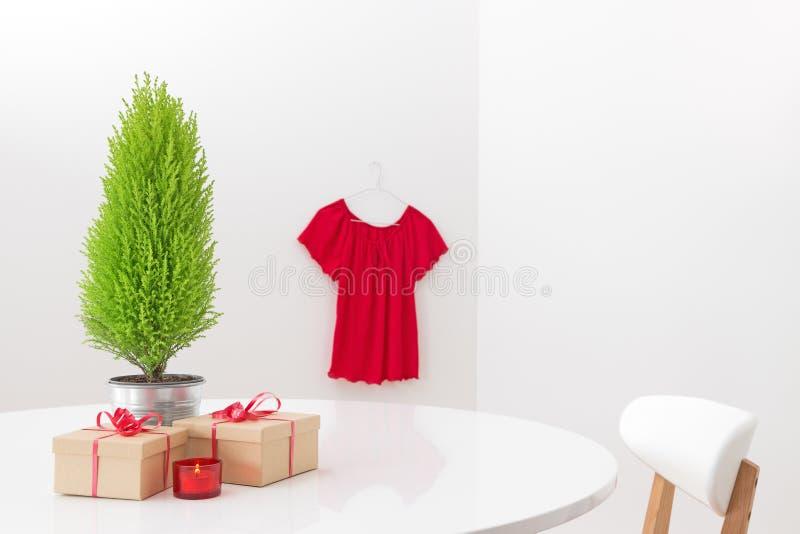 Interior con las decoraciones y los regalos de la Navidad fotografía de archivo