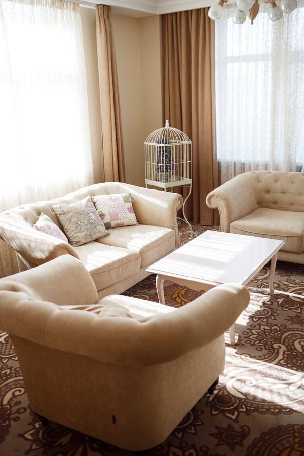 Interior con muebles suaves ligeros imagen de archivo libre de regalías