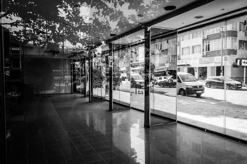Interior constructivo Desolated con el espejo y el piso reflexivo - Turquía foto de archivo