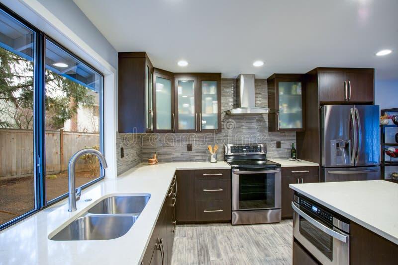 Interior contemporáneo actualizado del sitio de la cocina en los tonos blancos y oscuros foto de archivo libre de regalías