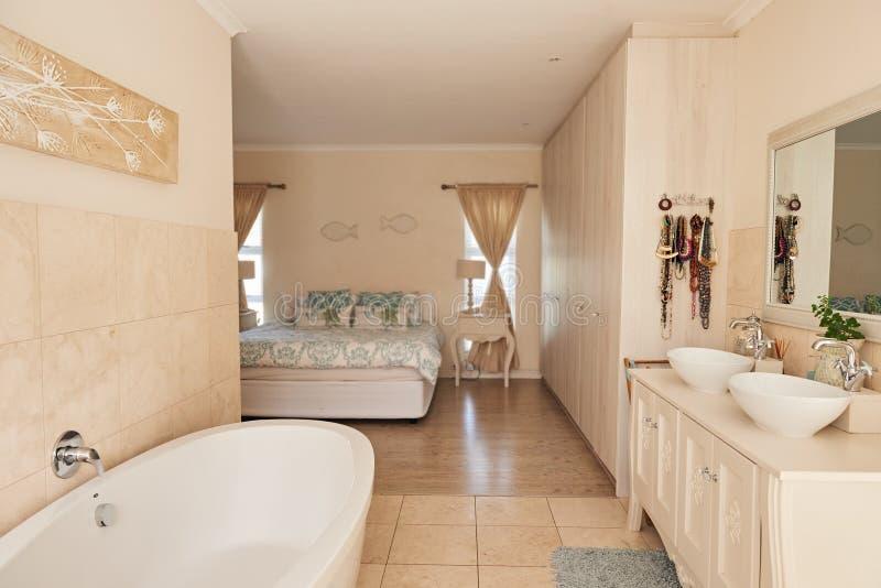 Interior contemporáneo del cuarto de baño en un hogar suburbano elegante fotos de archivo