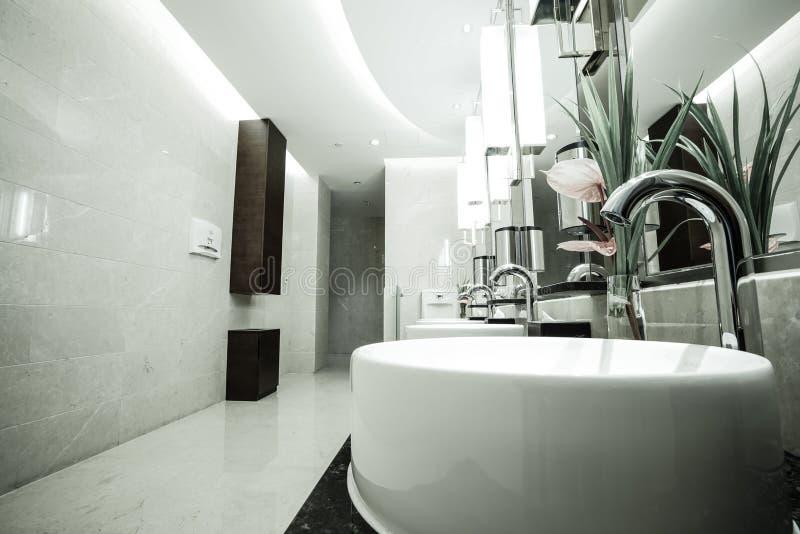 Interior contemporâneo do toalete público fotos de stock