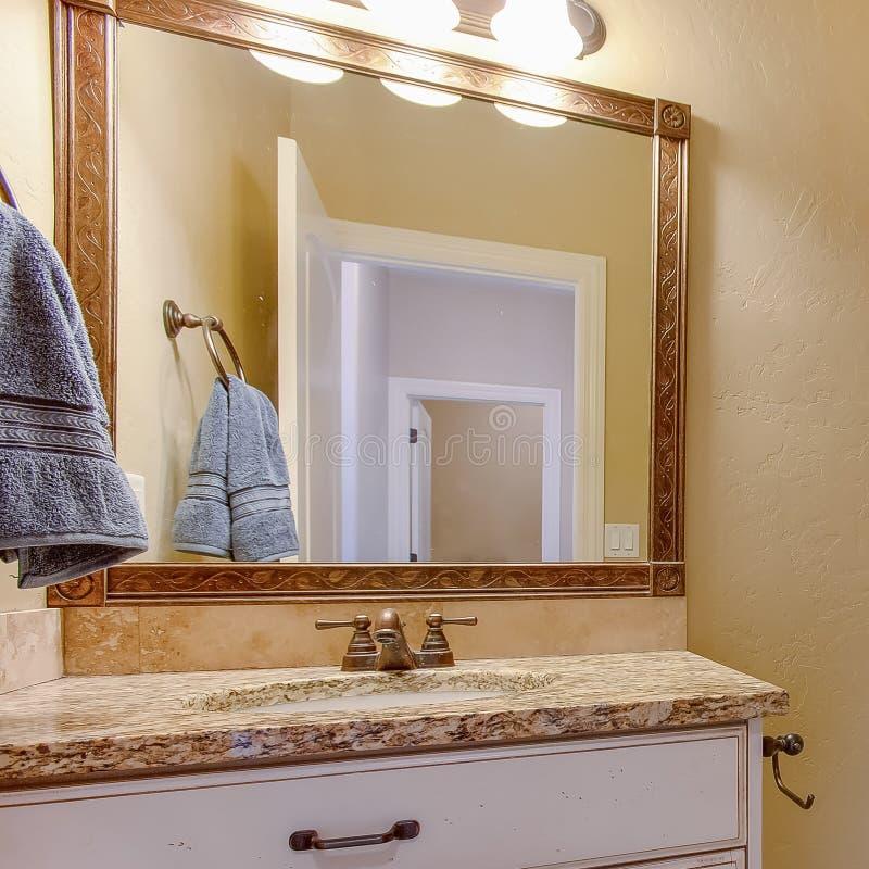 Interior cuadrado del cuarto de baño del marco con vista de un retrete adyacente al área de la vanidad fotos de archivo libres de regalías