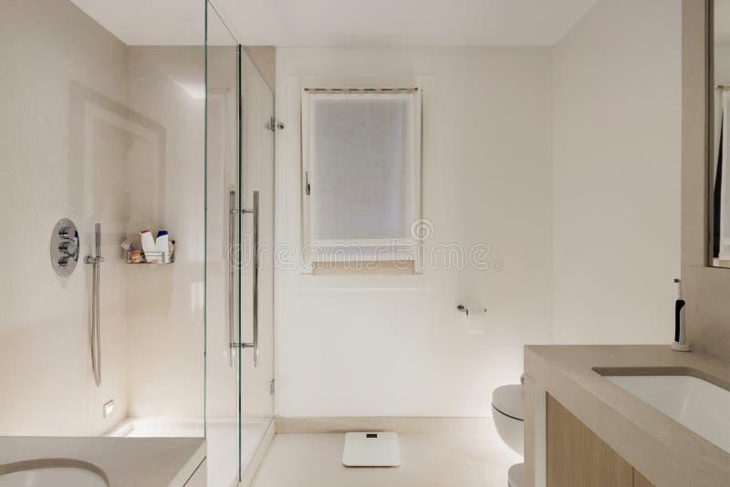 Interior, cuarto de baño moderno blanco imagenes de archivo
