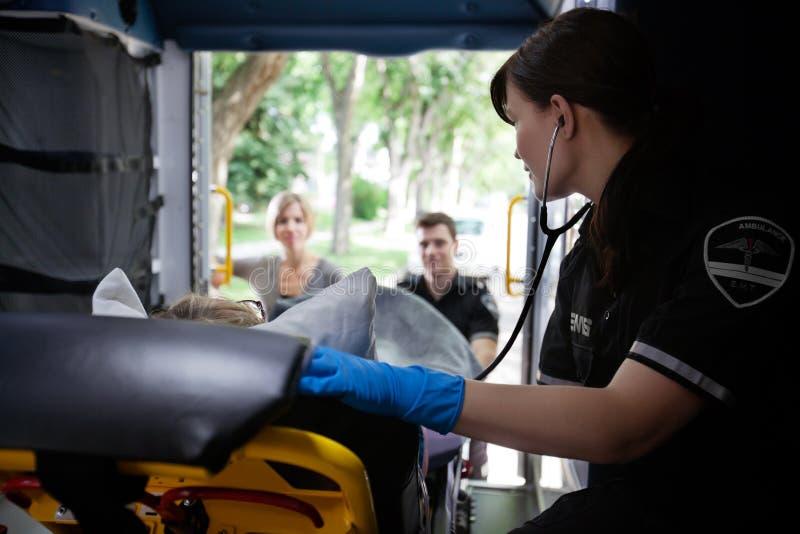 Interior da ambulância com paciente imagem de stock
