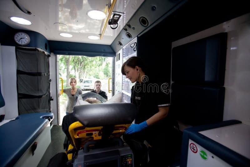 Interior da ambulância com paciente e paramédico fotografia de stock