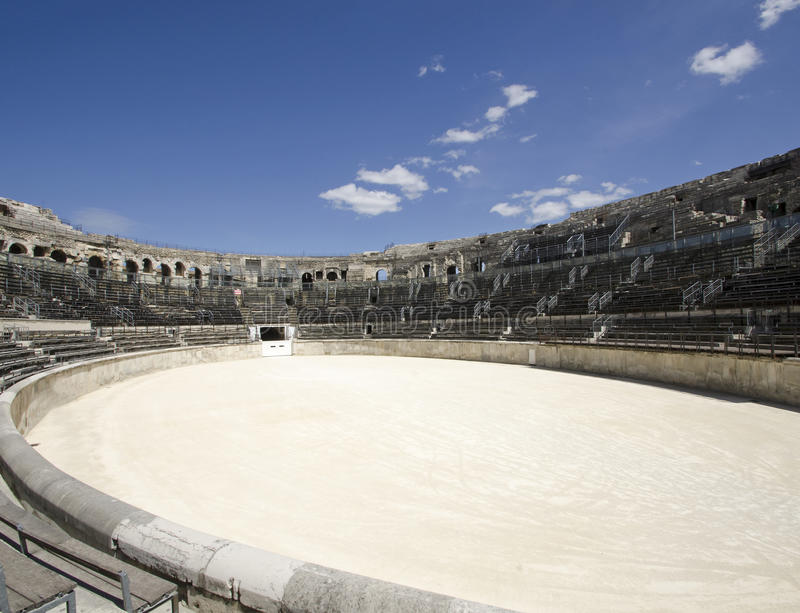 Interior da arena de Nimes em França do sul imagem de stock