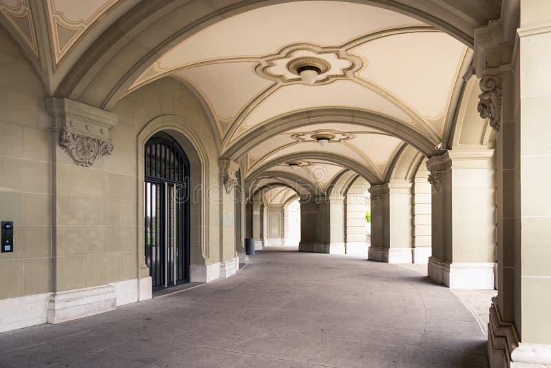 Interior da arquitetura decorativo do estilo gótico em Berna, Suíça Perspectiva da fachada arquitetónica contemporânea do detalhe imagens de stock royalty free