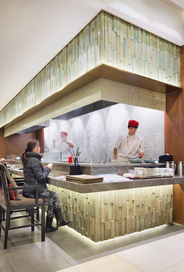 Interior da barra do macarronete no Pequim, China imagem de stock royalty free
