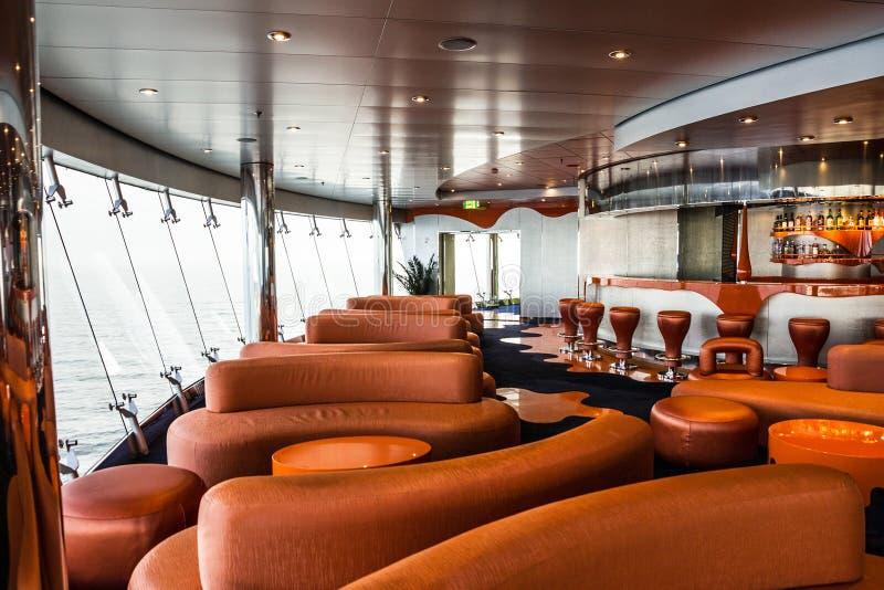 Interior da barra no forro do cruzeiro Discoteca líquida imagens de stock royalty free