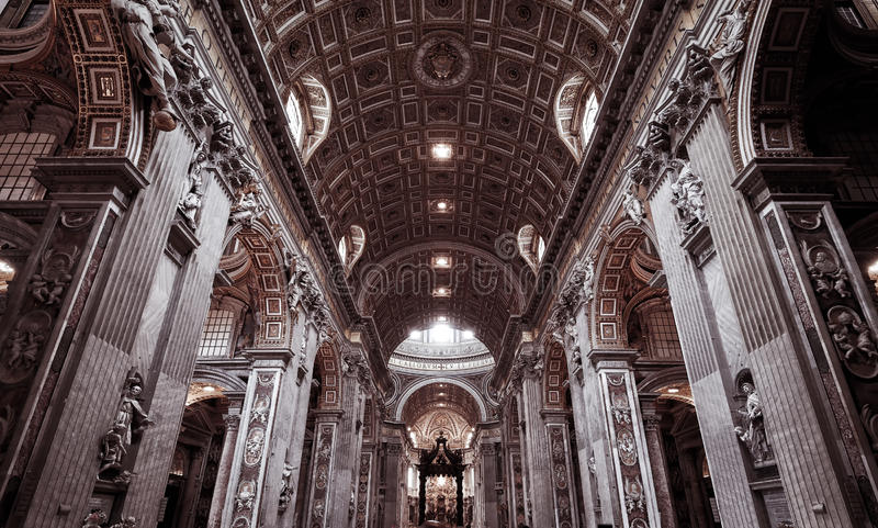 Interior da basílica de St Peter (San Pietro) em Roma imagens de stock